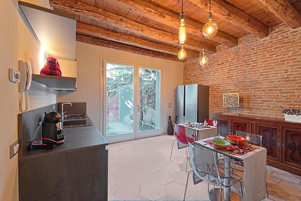 Cucina e soggiorno con vista sul giardino