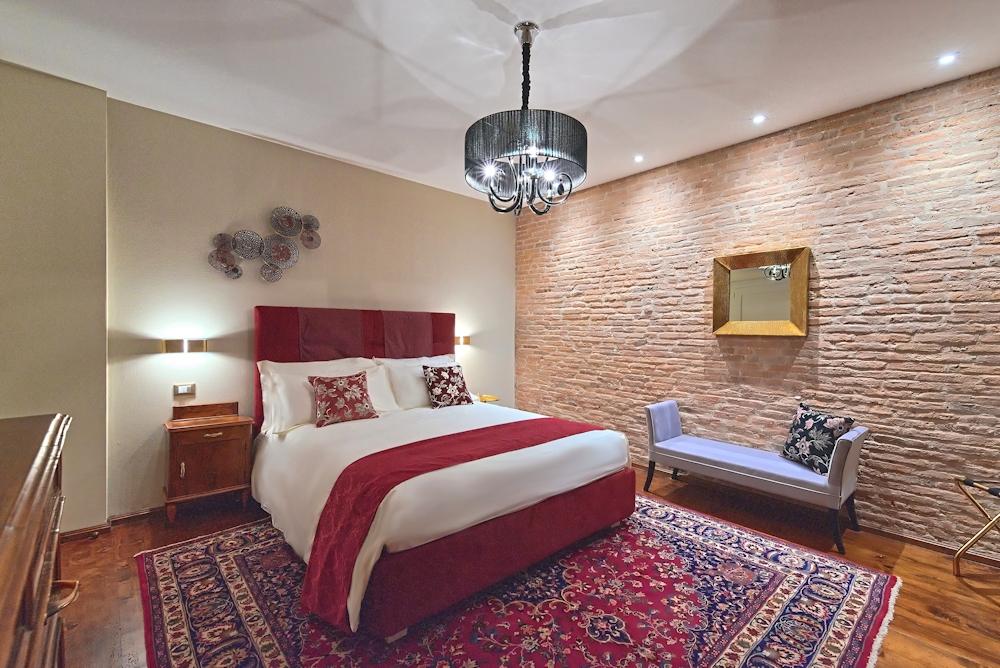 stanza suite rossa con mattoni faccia a vista
